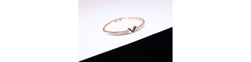 Női, V betű alakú karkötő rose gold színben